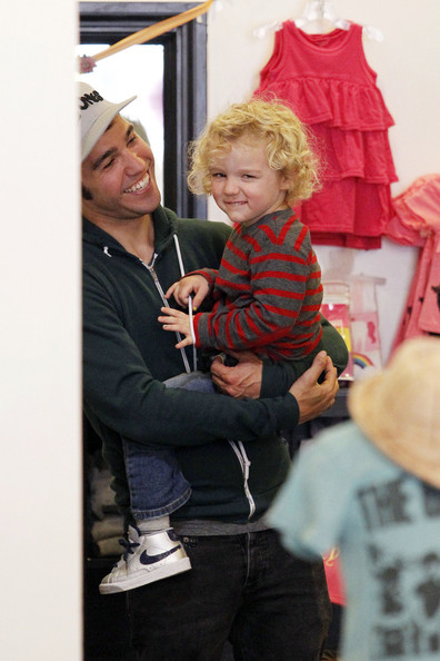 Cute Daddy Alert: Pete Wentz Takes Bronx's Shopping