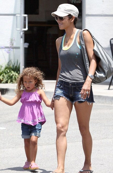 Halle Berry And Nahla Lunches At Vito's Pizza