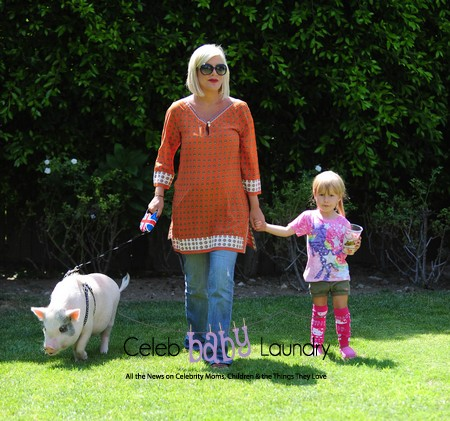 Tori Spelling and Her Daughter Stella Take Their Pet Pig For A Walk – Photos
