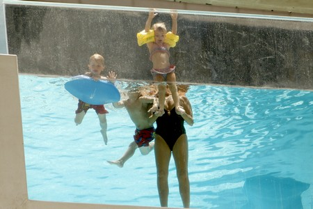 Britney Spears' Children and Jamie Lynn Spears' Daughter Play In The Pool – Photos