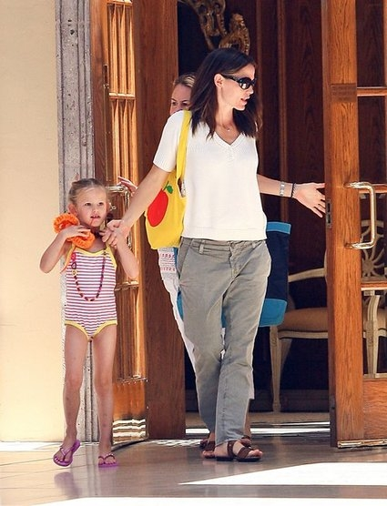 Jennifer Garner Takes Daughters To Swiming Lessons