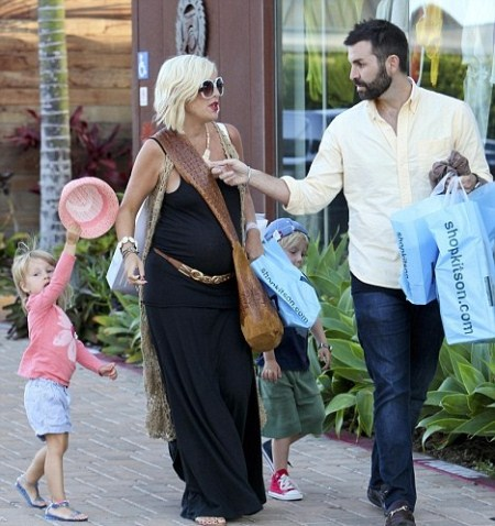 Tori Spelling Leaving Kitson Store With Her Children