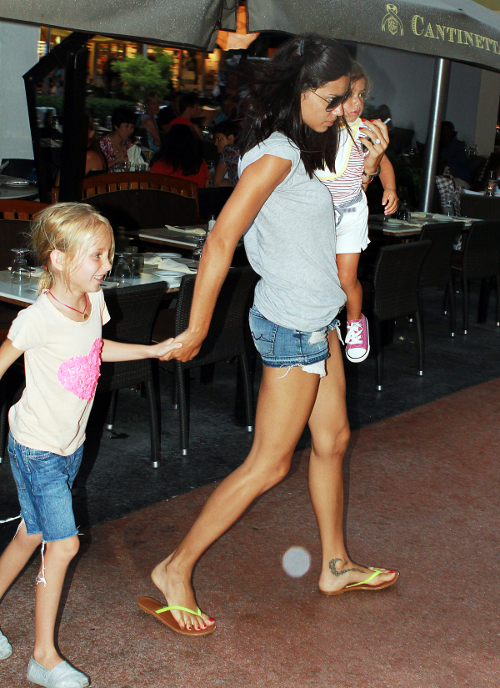 Adriana Lima And Her Daughter Go Out To Lunch!
