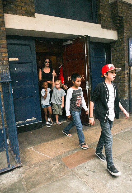 Angelina Jolie Takes Her Kids To See SHREK THE MUSICAL