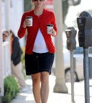 Jennifer Garner picks up two coffees from the Brentwood Country Mart.