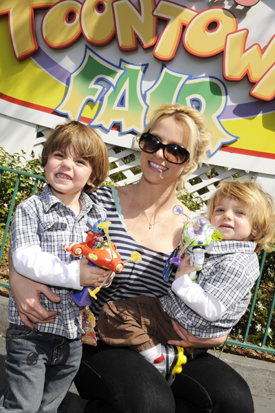 BRITNEY SPEARS AND FAMILY AT DISNEY WORLD - MARCH 5, 2009