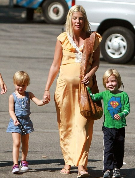 Pregnant Tori Spelling Pampers Herself