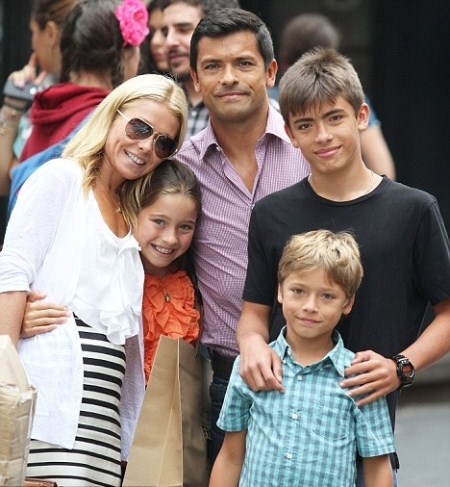 Cute Family Time: Kelly Ripa Family Portrait