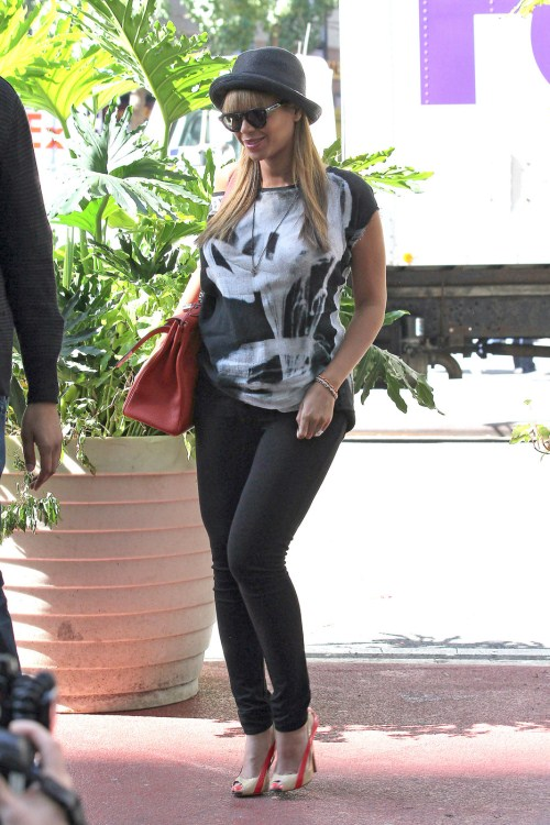 Pregnant Beyonce Glows In Midtwon NYC 10-17-2011