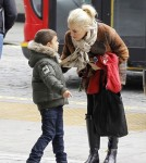 Gwen Stefani takes her two children to the Aquarium