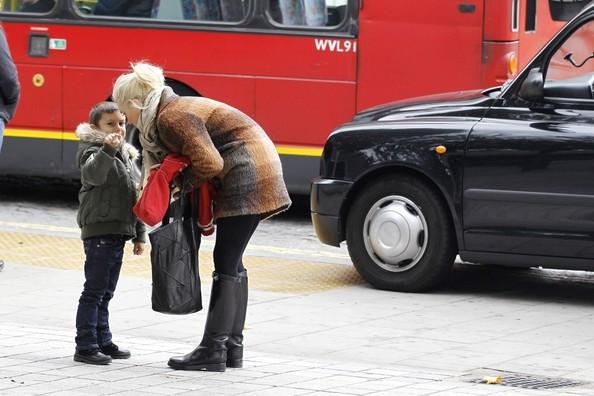 Gwen Stefani takes her two children to the Aquarium