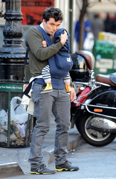 Cute Daddy Alert: Orlando Bloom Kisses