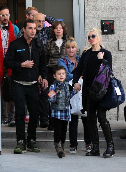 gwen stefani and family watch a show for the holidays. Black Bedroom Furniture Sets. Home Design Ideas