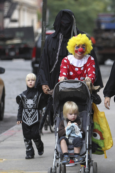 Naomi Watts & Liev Schreiber Take Their Kids Trick-or-Treating