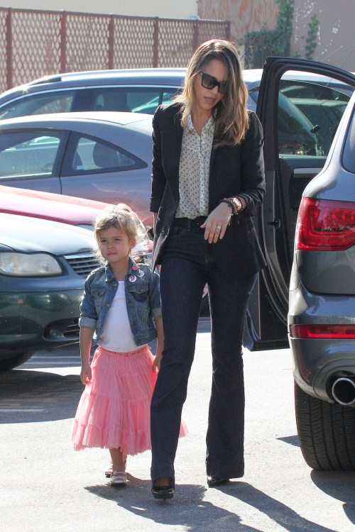 Jessica Alba takes her daughter Honor to school before heading to her office in Santa Monica 01-10-2012