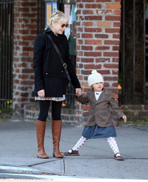 Michelle Williams and Matilda seen in Brooklyn, NYC. A very animated Matilda seen with fall leaves on the corner while they wait for the walk signal. Then Matilda makes gestures at the cars passing by. They stop off to get coffee and Matilda gets half a bagel.