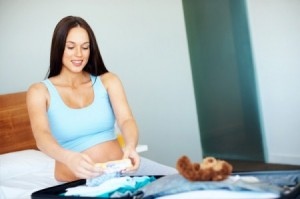 pregnant-woman-packing-hospital-bag (450 x 299)