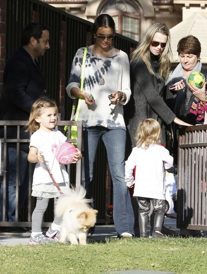 Alessandra Ambrosio Parkin It With Her Daughter2