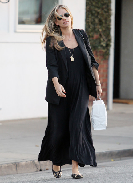 Mom-to-be actress Molly Sims made her exit from the Byron and Tracey Salon in Los Angeles, California on March 1, 2012.
