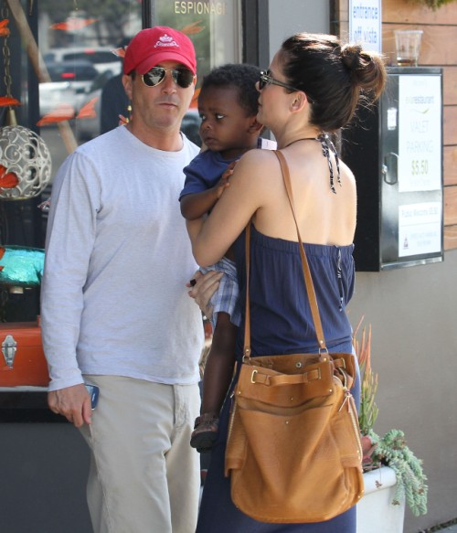 Sandra Bullocks shops with Louis… and new man? (Photos)