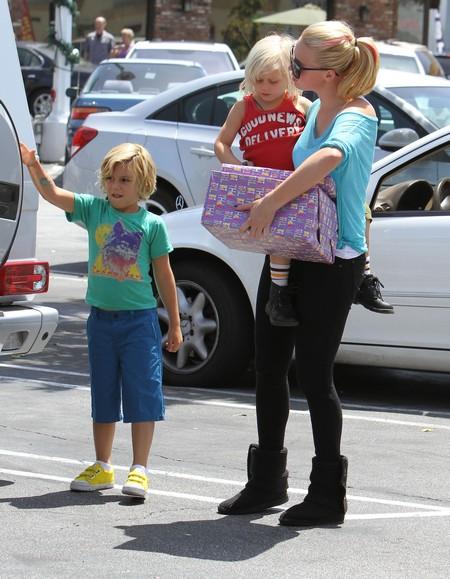 Kingston & Zuma Rossdale Running Errands With Their Nanny (Photos)