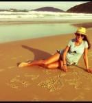 alessandra-ambrosio-beach-pregnant