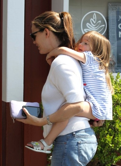 Jennifer Garner Makes Coffee Run With Seraphina 0525