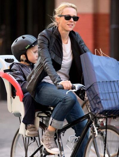 Naomi Watts bikes Alexander around Soho (Photos)