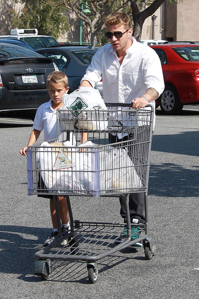 Ryan Phillippe & Deacon: Grocery Shopping Buddies
