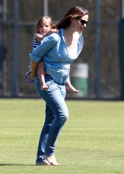 Jennifer Garner And Seraphina Affleck Have Swinging Time At The Park 0625