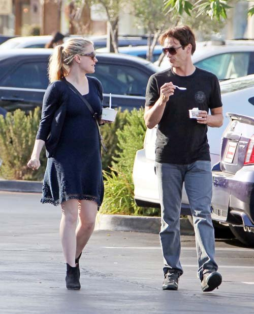 Pregnant Anna Paquin and Stephen Moyer eat Pinkberry in LA – June 19