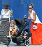 Jessica Alba Dines With Girls As Eco-Friendly Business Grows 0725