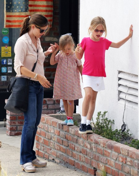 Jennifer Garner Leaves Samuel At Home For Lunch With Her Ladies 0703