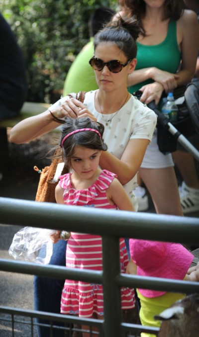 Suri Cruise All Smiles As She Spends Day At The Zoo 0712