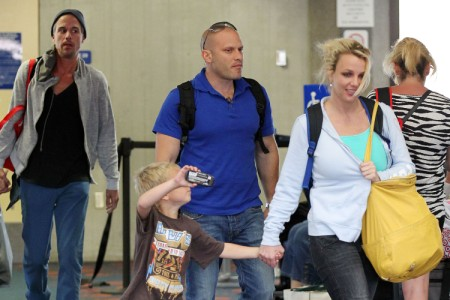 Britney Spears Lands In Maui To Vacation With Her Men 0702
