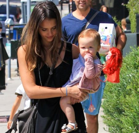 Jessica Alba Takes Her Princess Obsessed Daughters Out To Lunch 0805