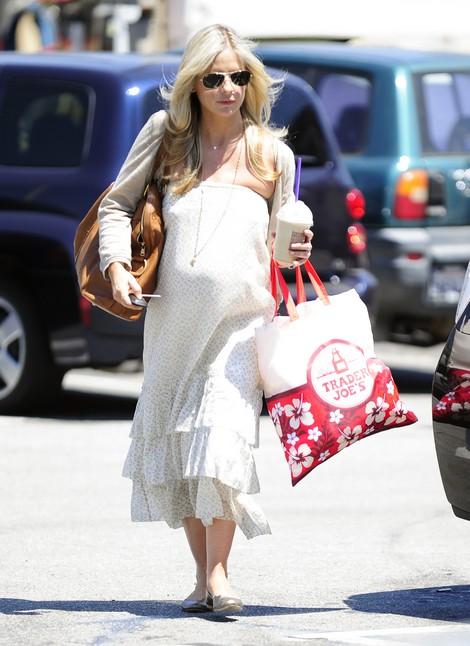 Pregnant Sarah Michelle Gellar Shows Off Her Baby Bump Shopping (Photos)