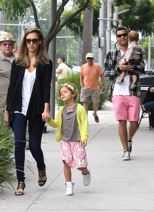 Jessica Alba Breakfast's With Family