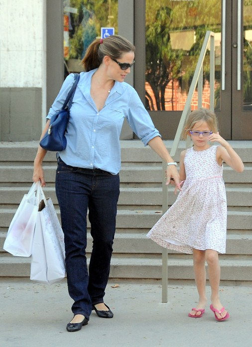 Jennifer Garner spent the afternoon shopping with daughter Violet in Brentwood, California on September 23, 2012.