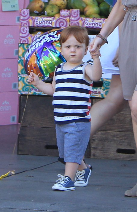 Amy Poehler takes her boys Abel and Archie to get ...