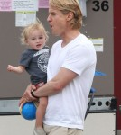 "Owen Wilson spend his lunch break on the set of ""The Internship"" with son Robert - Sept 11 2012"