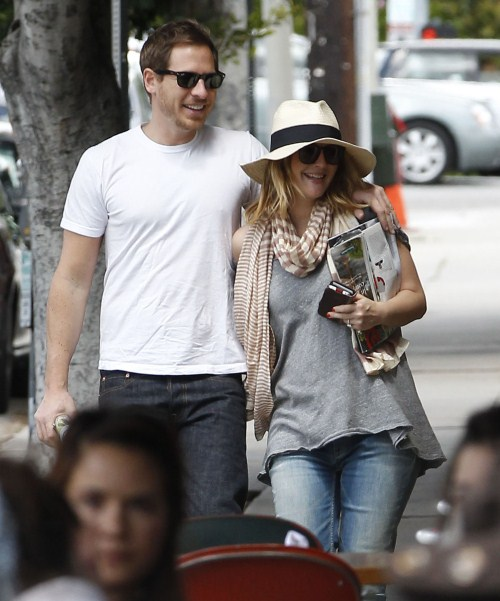 Drew Barrymore and fiance Will Kopelman out for breakfast at Little Dom's before running some errands in Los Feliz, California on April 8, 2012.