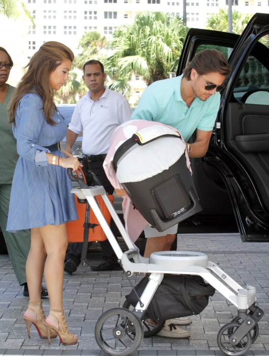 """Keeping Up with the Kardashians"" star Kourtney Kardashian and her partner Scott Disick return to their hotel with daughter Penelope in Miami, Florida on October 5, 2012."