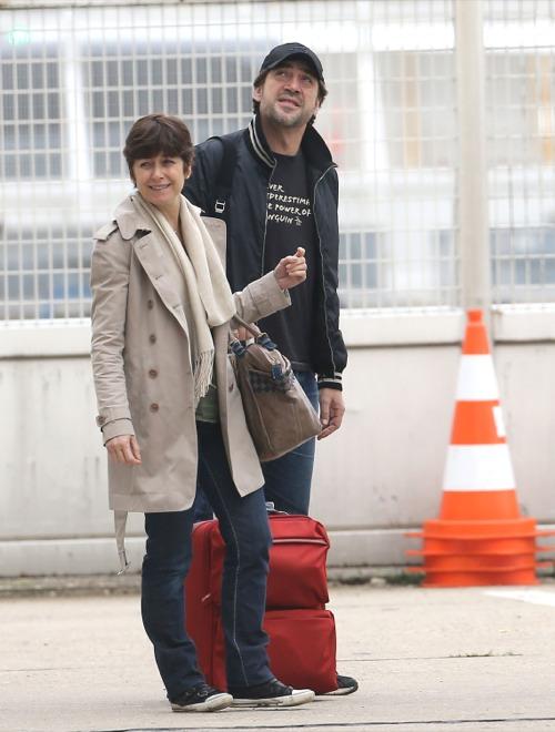 Penelope Cruz & Javier Bardem Touch Down