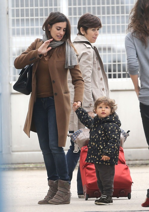 Penelope Cruz & Javier Bardem Touch Down | Celeb Baby Laundry Javier Bardem Children