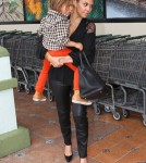Kim & Kourtney Kardashian Stop For Groceries