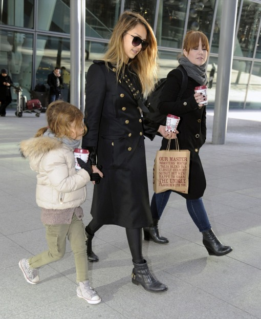 Jessica Alba & Honor Arrive In London For a Mommy-Daughter Vacation