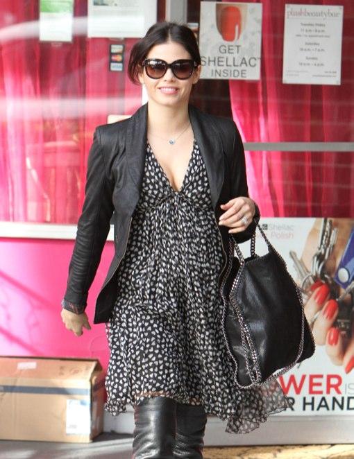 Pregnant Pretty Jenna Dewan Gets A Manicure