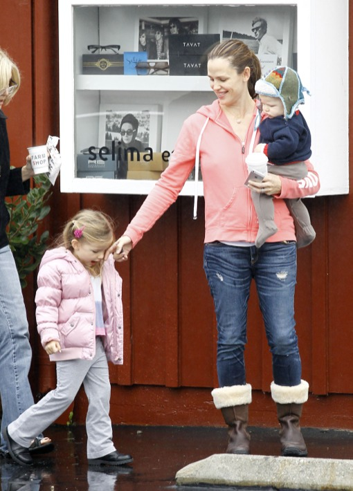 Jennifer Garner Takes The Kids To Breakfast With Grandma