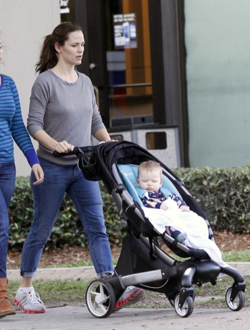 Jennifer Garner Strolls With Her Cutie Pie
